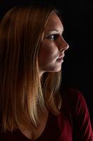 Gesicht einer blonden Frau im Profil