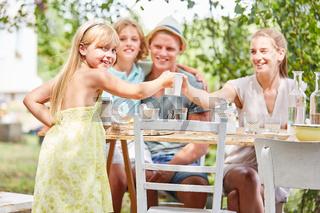 Mädchen beim Kaffee trinken mit Familie