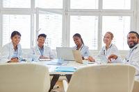 Multikulturelles Team von Ärzten