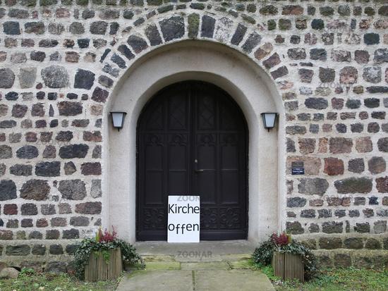 Hinweisschild Kirche offen