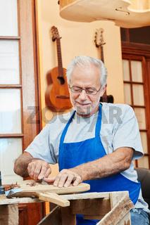 Senior arbeitet als Gitarrenbauer