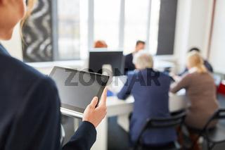 Tablet Computer in einem Business Meeting