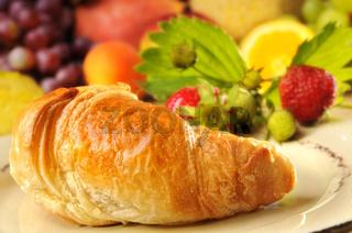 Croissant und Früchte