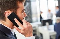 Mann telefoniert mit dem Smartphone