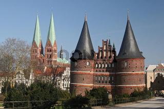Holstentor und Marienkirche in Lübeck