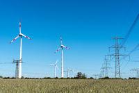 Windenergieanlagen und Stromleitungen in Deutschland