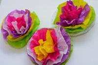 Blumen aus Seidenpapier in bunten Farben