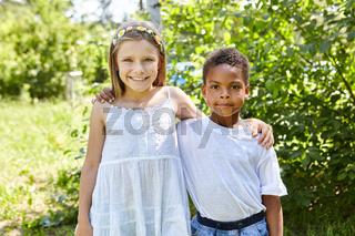 Mädchen und afrikanischer Junge als Freund