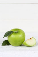 Apfel grün Obst Frucht Früchte Hochformat Textfreiraum auf Holzplatte