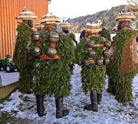 Eine Gruppe Naturchläuse mit Schellen am Alten Silvester, Silvesterchlausen in Urnäsch, Schweiz