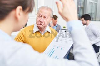 Skeptischer Senior als Geschäftsmann