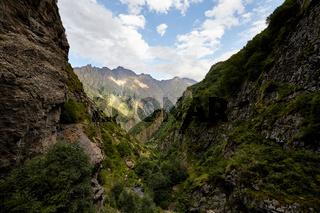Tal in den Ausläufern des Kaukasus, Georgien