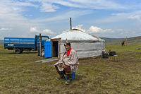 Älterer Nomade in traditioneller Kleidung sitzt vor seiner Jurte