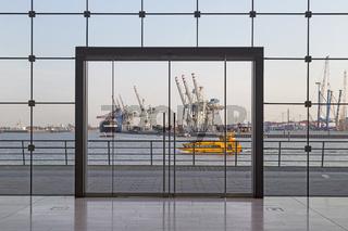 Blick auf den Hamburger Hafen durch ein Bürogebäude, Hamburg, Deutschland