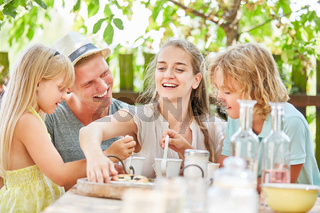 Mutter und Familie beim Kaffee trinken