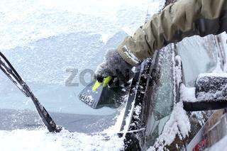 Windschutzscheibe vom Eis befreien