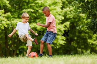 Zwei Jungen beim Fußball im Zweikampf