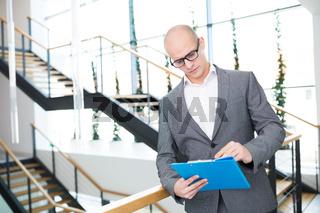Consulting Mann mit Kompetenz liest eine Akte