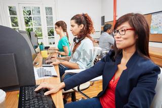 Frauen arbeiten im Callcenter