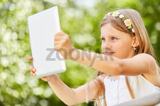 Mädchen macht eine Selfie für die Social Media