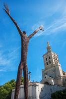 Cathedrale von Avignon mit Figur im Vordergrund
