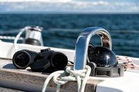 Kompass und Fernglas auf einer Segelyacht