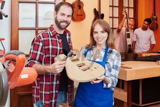 Stolzer Gitarrenbauer und Lehrling