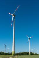 Windkraftanlagen vor blauem Himmel in Deutschland