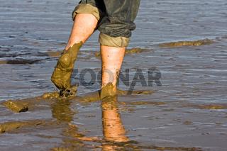 Nackte Beine im Nordseewatt