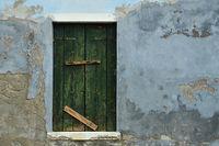 alter grüner Fensterladen
