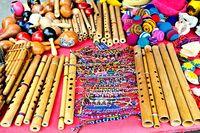 verschiedene Flöten auf dem Markt in Otavalo Ecuador