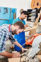 Zwei Männer arbeiten als Schreiner zusammen
