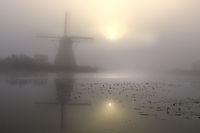 Historische WindmŸhle im Nebel, UNESCO Weltkulturerbe, Kinderdijk, Provinz SŸdholland, Niederlande, Europa