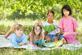 Multikulturelle Gruppe Kinder bastelt zusammen