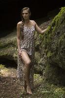 Beauty woman in urzeitlicher Landschaft