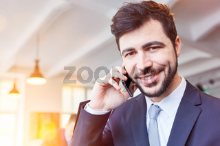 Startup Business Mann telefoniert mit Smartphone