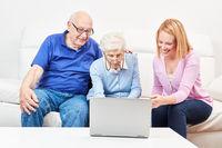Zwei neugierige Senioren in einem Computerkurs