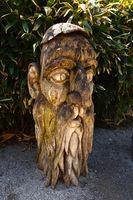 Waldgeist; Holzschnitzerei aus einem Mammutbaum auf der Insel Mainau