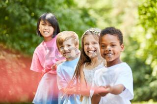 Multikulturelle Gruppe Kinder beim Tauziehen