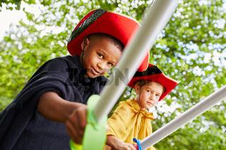 Zwei Jungen verkleiden sich als Pirat