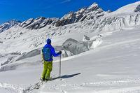 Tourenskifahrer auf dem Langgletscher vor dem Lauterbrunner Breithorn