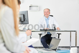 Älterer Mann als Chefarzt in seinem Büro