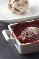 pochierte Birne in Rotwein mit Eis