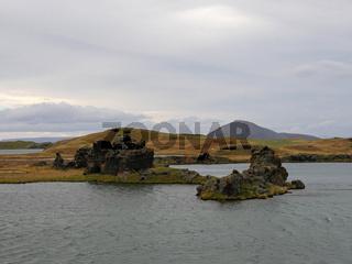 Herbstlandschaft mit Lava-Formationen am See Myvatn bei Höfdi in Island