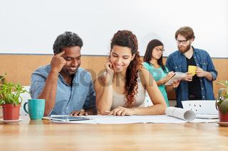 Junge Geschäftsleute beim Brainstorming