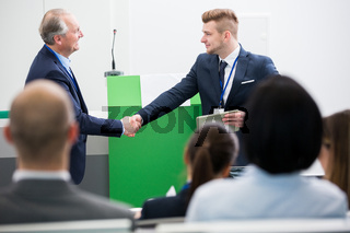 Zwei Geschäftsleute schütteln Hände
