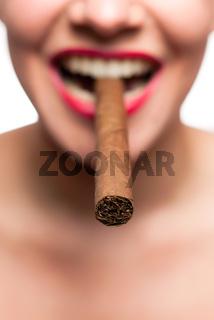 Mund mit roten Lippen und Zigarre