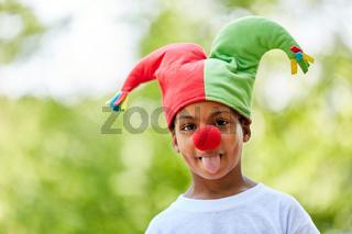 Afrikanischer Junge verkleidet als Harlekin