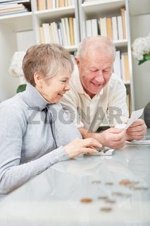 Senioren machen die Buchhaltung