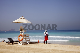 Rettungsschwimmer beobachtet das Meer in Dubai